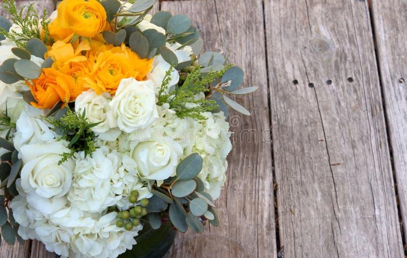 白色和橙色花婚礼花束  免版税库存照片