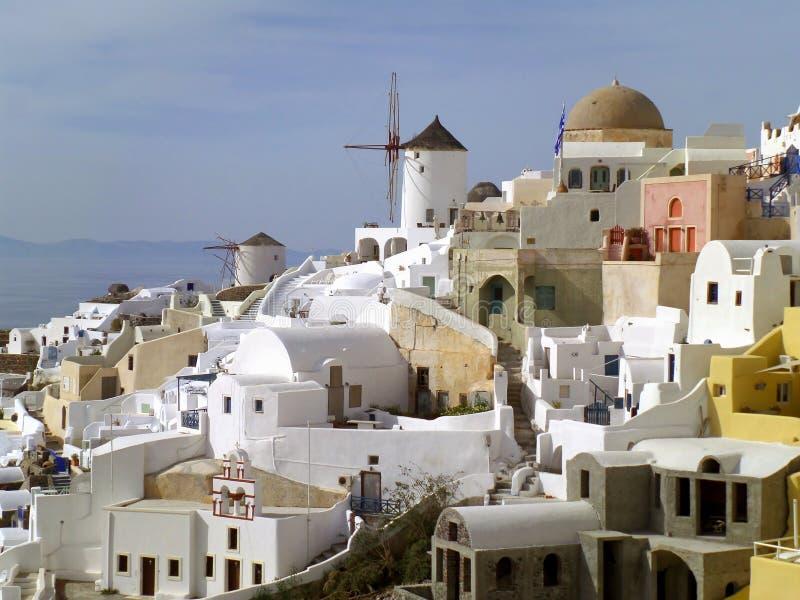 白色和淡色被上色在圣托里尼海岛,希腊上的典型的基克拉泽斯建筑学 免版税图库摄影