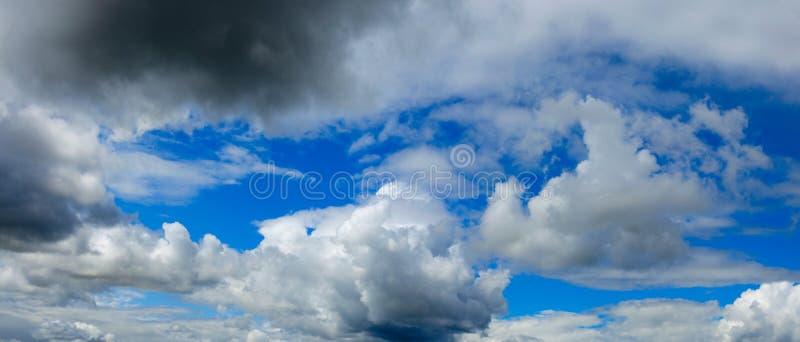 白色和灰色云彩全景在天空蔚蓝背景的  库存照片