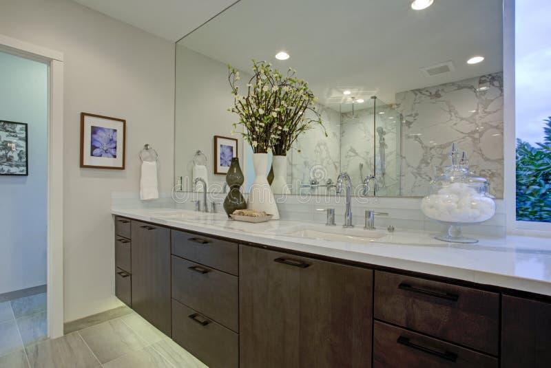 白色和灰色加尔各答大理石卫生间设计 免版税库存照片