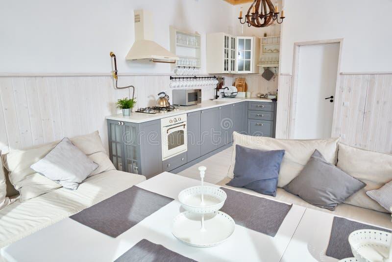 白色和灰色开放厨房内部 库存照片