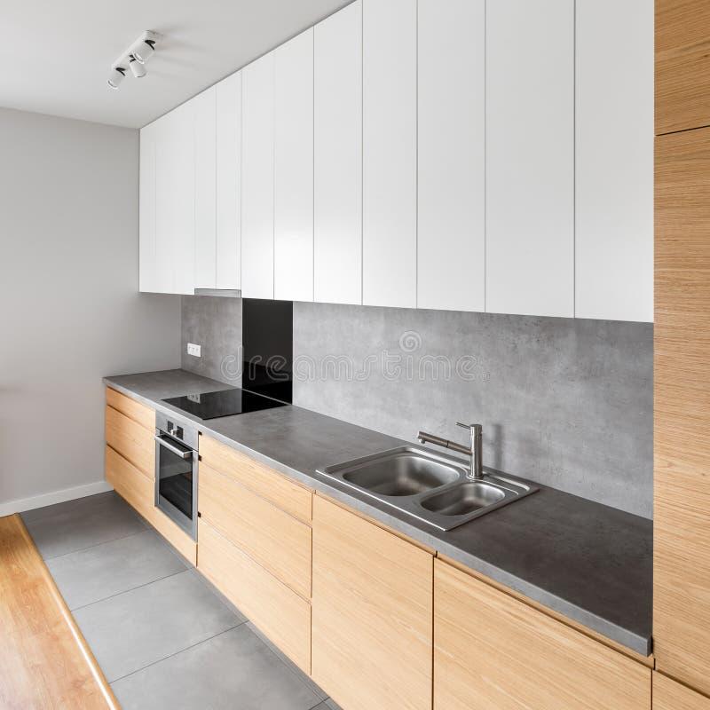 白色和灰色的当代厨房 库存图片