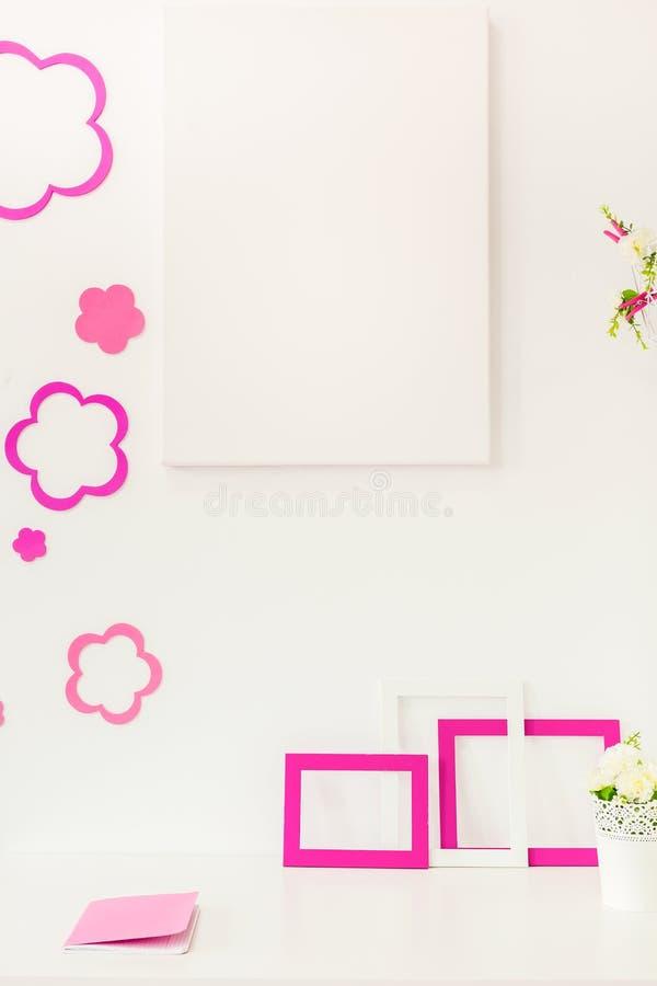 白色和玫瑰色工作区 免版税图库摄影