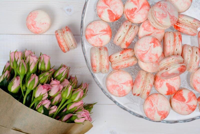 白色和玫瑰色macarons 免版税库存照片
