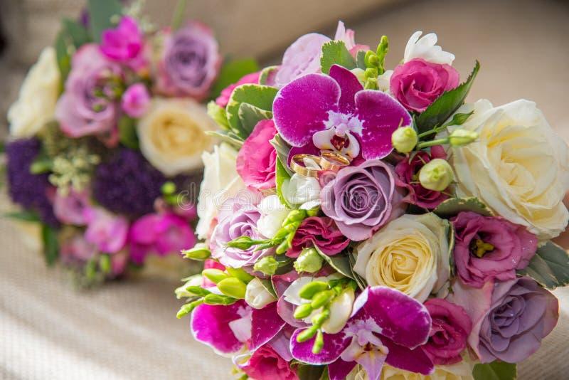 白色和紫色玫瑰、紫罗兰色兰花和小苍兰美丽的花束  库存照片