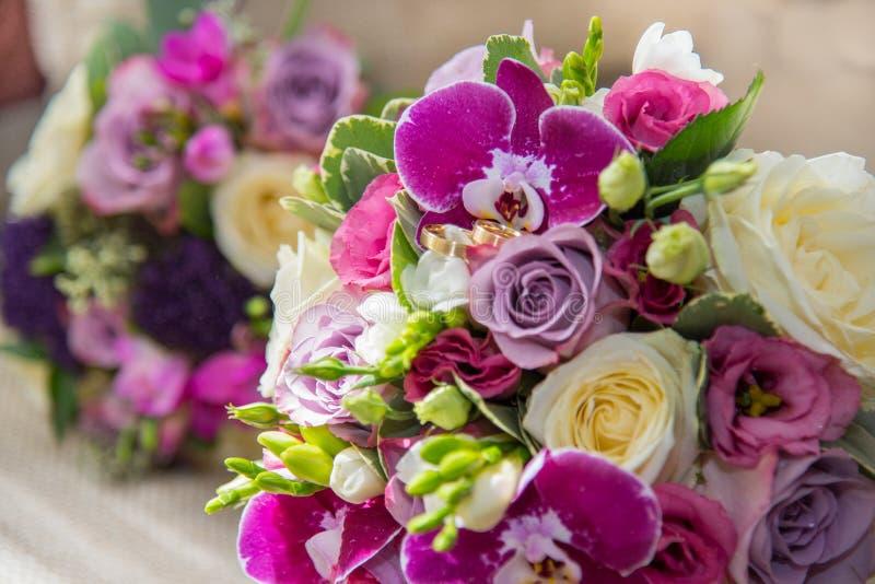 白色和紫色玫瑰、紫罗兰色兰花和小苍兰美丽的花束  免版税库存图片