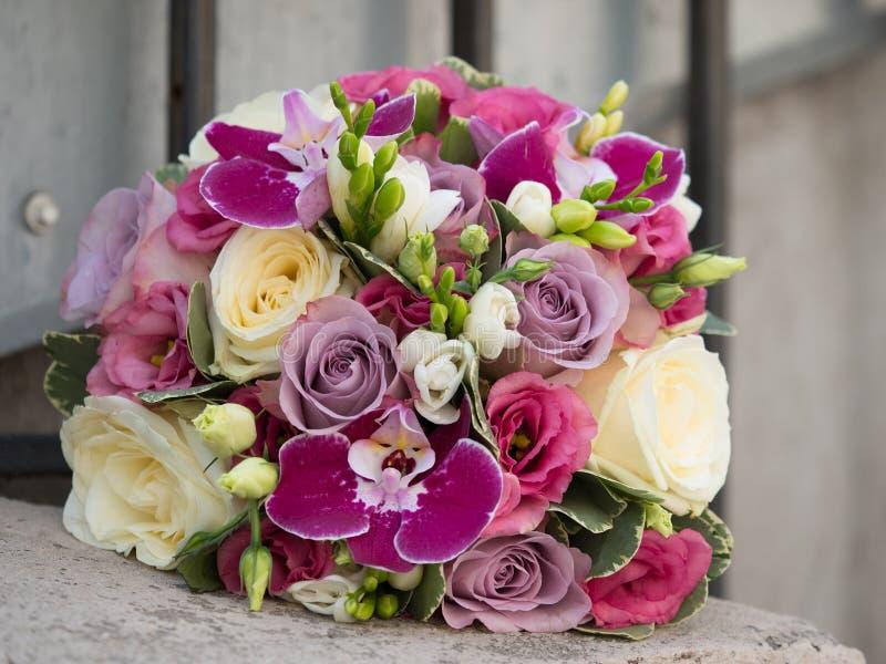 白色和紫色玫瑰、紫罗兰色兰花和小苍兰美丽的花束  免版税库存照片