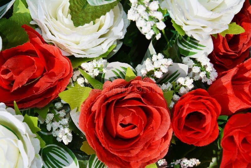 白色和红色纸玫瑰背景 库存图片