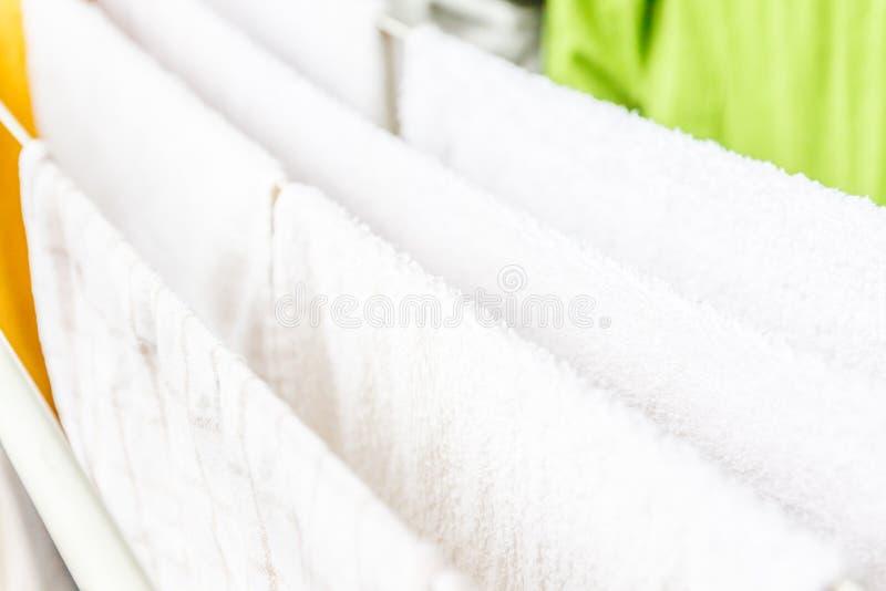 白色和色的在晒衣绳将烘干的亚麻布和毛巾 免版税库存照片
