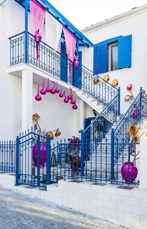 白色和蓝色传统希腊房子 免版税库存照片