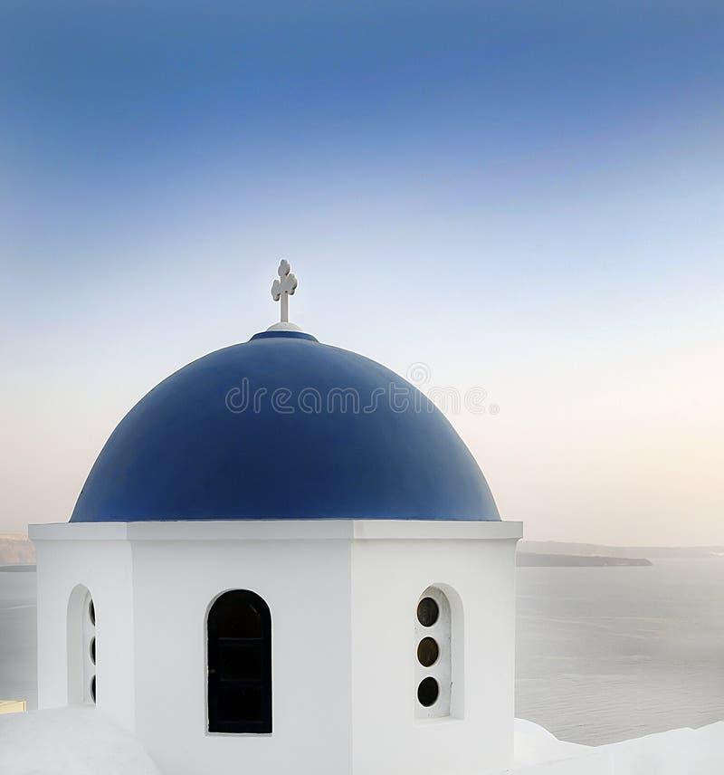 白色和蓝色传统教会在圣托里尼 库存图片