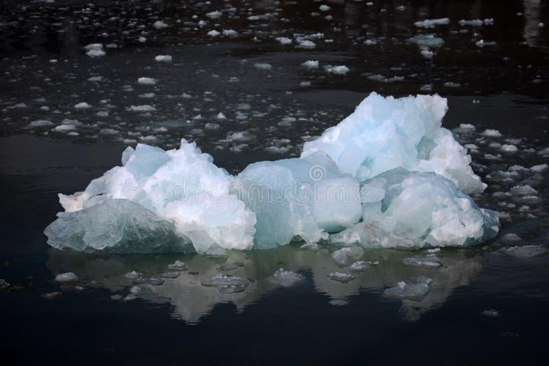 白色和蓝色冰,漂浮在斯瓦尔巴特群岛的小冰山 免版税库存照片