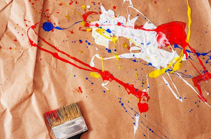 白色和蓝色和黄色和红色伤疤和碎片在本文 图库摄影