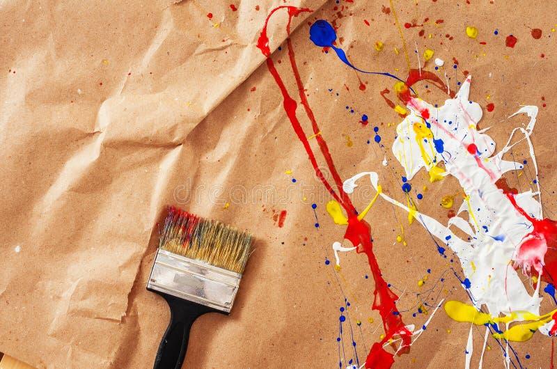 白色和蓝色和黄色和红色伤疤和碎片在本文 库存照片