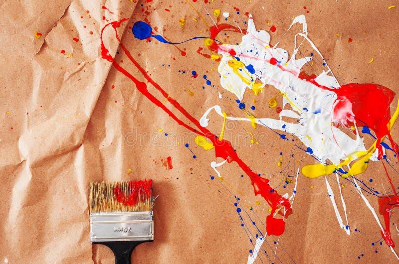 白色和蓝色和黄色和红色伤疤和碎片在本文 免版税库存图片