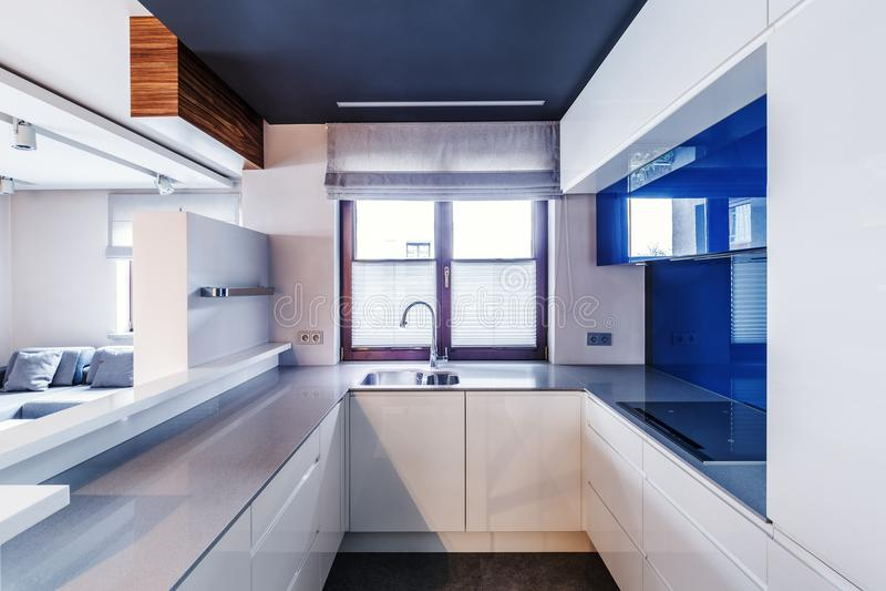 白色和蓝色现代厨房 库存图片