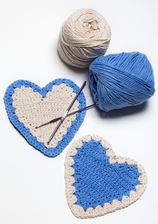 白色和蓝色钩针编织被编织的重点 免版税库存照片