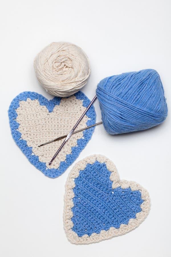 白色和蓝色钩针编织被编织的重点 图库摄影