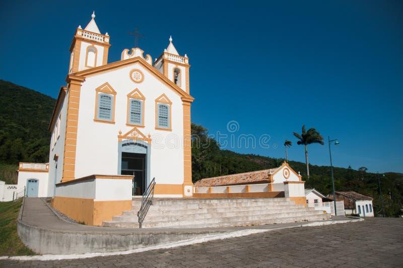 白色和黄色葡萄牙样式教会在巴西 免版税图库摄影