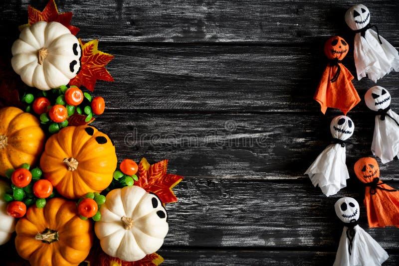 白色和黄色鬼魂南瓜顶视图与五颜六色的秋叶的 免版税库存照片