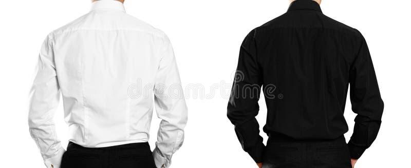 白色和黑衬衣的人 backarrow 关闭 背景查出的白色 免版税库存照片