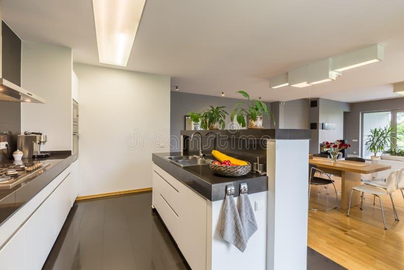 白色和黑颜色的厨房 免版税库存图片