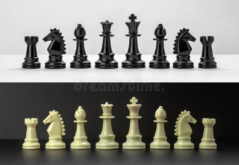 白色和黑棋在黑白背景计算 免版税库存照片