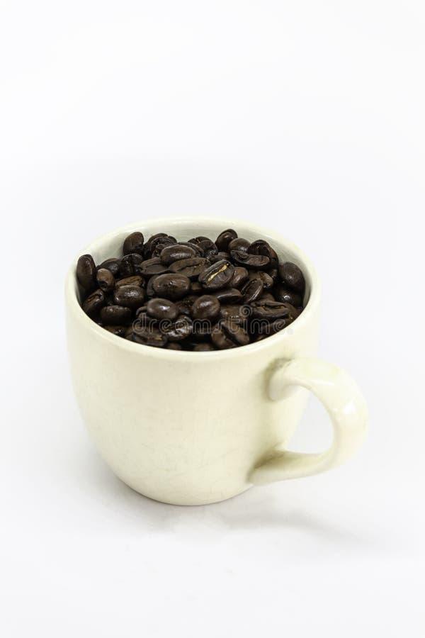 白色咖啡和咖啡粒与裁减路线 图库摄影