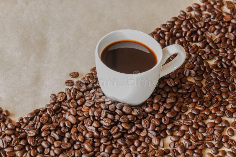 白色咖啡和咖啡粒围拢与拷贝空间 库存图片