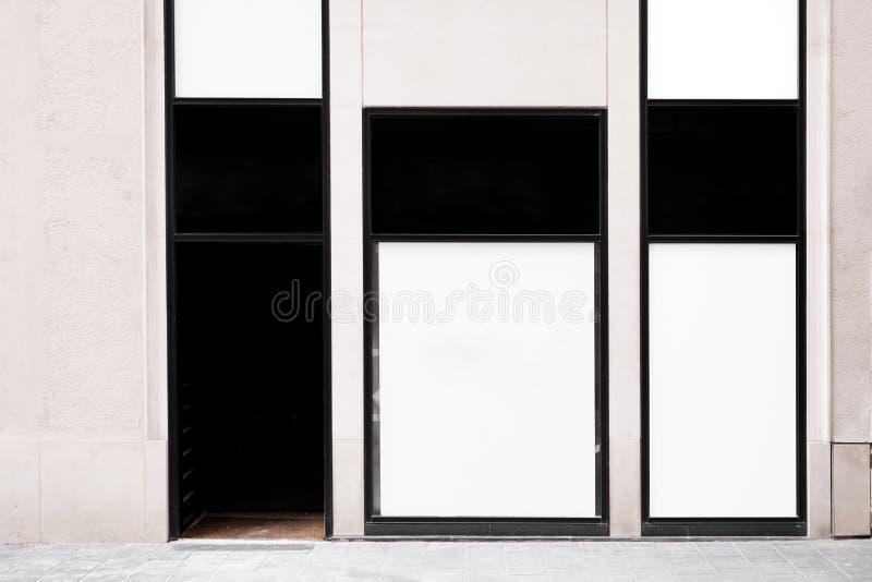 白色商店海报在窗口里 库存照片
