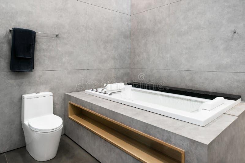 白色圆的极可意浴缸用打旋的水在旅馆温泉的卫生间里 库存照片