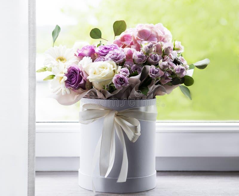 白色圆盒中美丽的花 免版税库存照片