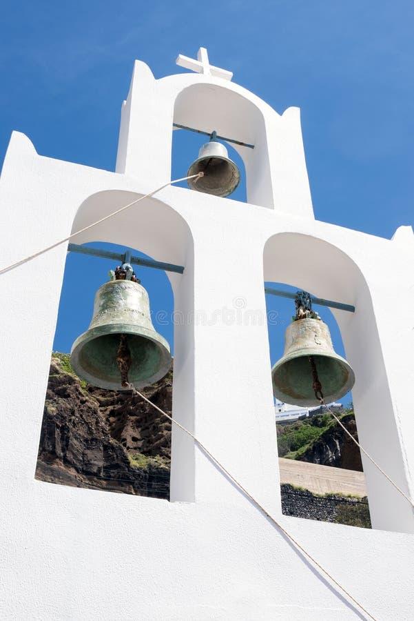 白色圆顶和响铃在天空蔚蓝、海岛和火山背景  r 图库摄影