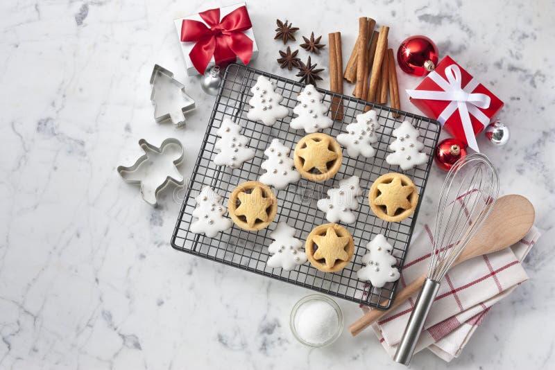 白色圣诞节曲奇饼背景 库存照片