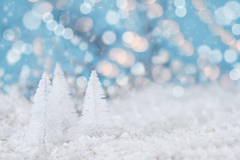 白色圣诞节树和Bokeh光 免版税库存照片