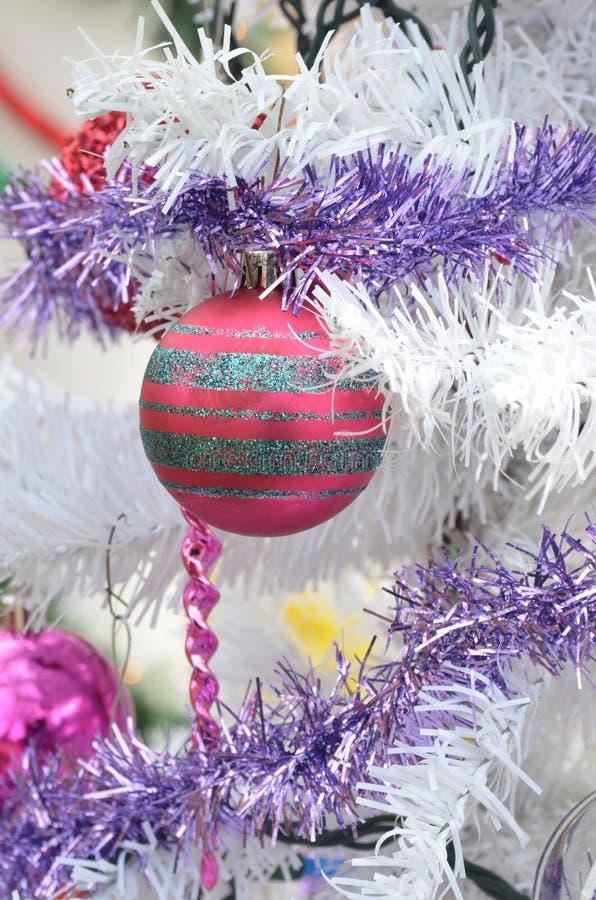 白色圣诞节树红色球装饰品银闪烁条纹 库存照片