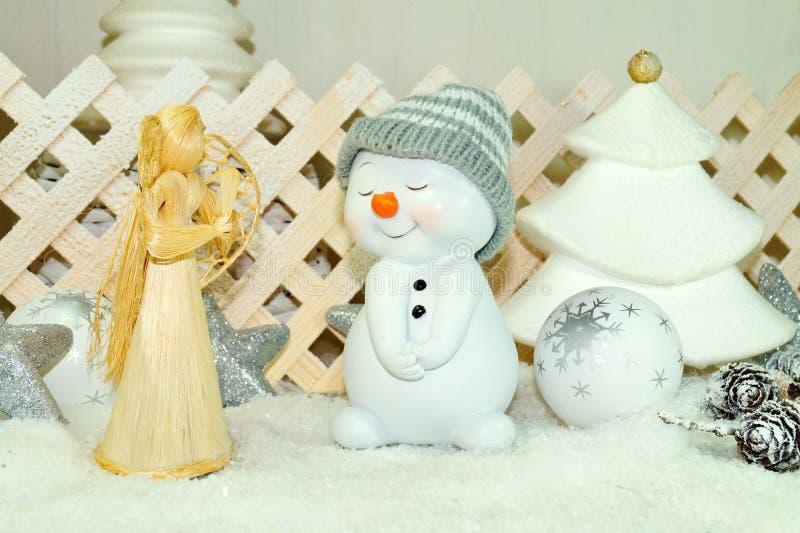白色圣诞节-雪人和天使有冬天雪背景 库存照片