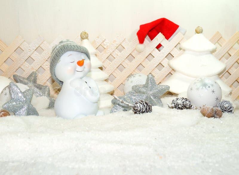 白色圣诞节-雪人有冬天雪背景 免版税图库摄影