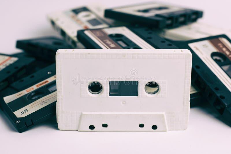 白色在白色背景隔绝的盒式磁带和黑 免版税库存图片