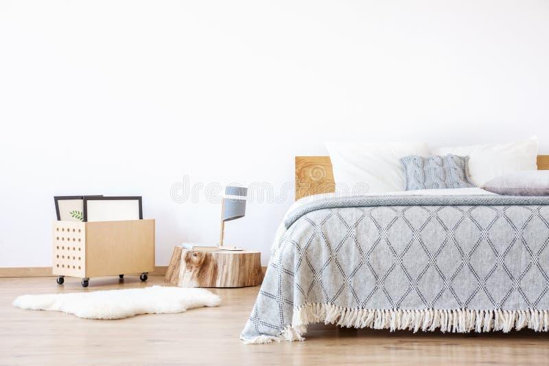 白色地毯在简单的卧室 库存图片