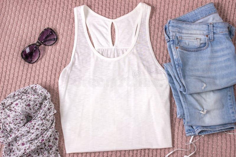 白色坦克衬衣大模型有蓝色牛仔裤、玻璃和围巾的 夏天成套装备,平的位置 图库摄影