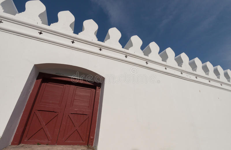 白色墙壁和木头门 图库摄影