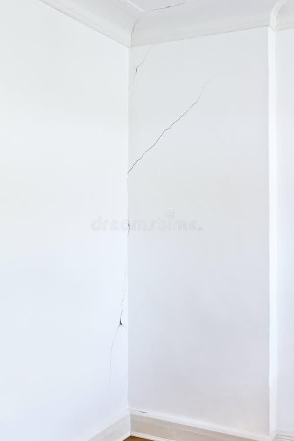 白色墙壁室长的裂口 免版税图库摄影