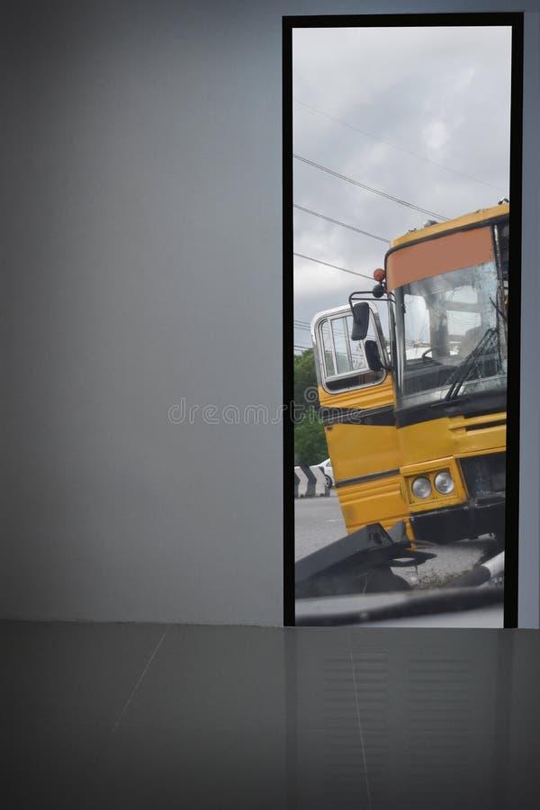 白色墙壁看门 看见黄色公共汽车事故并且离开 免版税库存图片