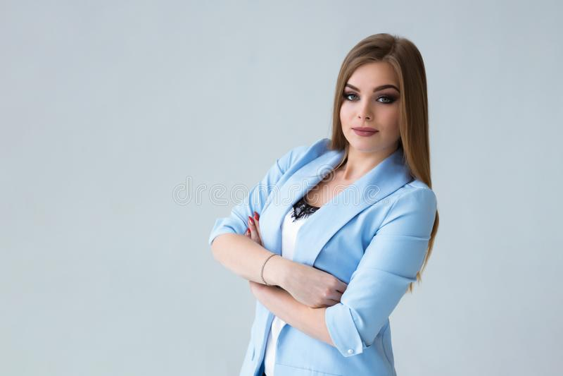 白色墙壁背景的美女 射击在演播室 图库摄影
