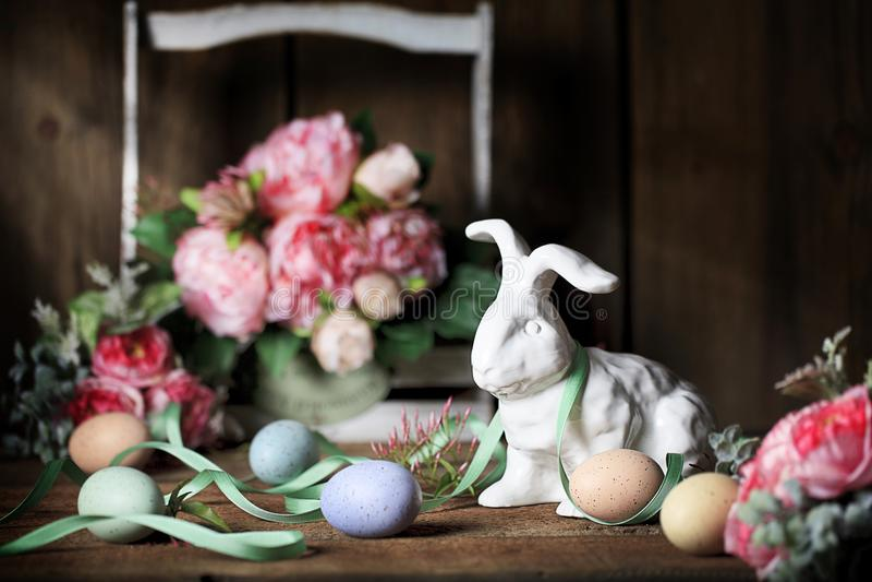 白色复活节兔子用色的鸡蛋 免版税库存图片