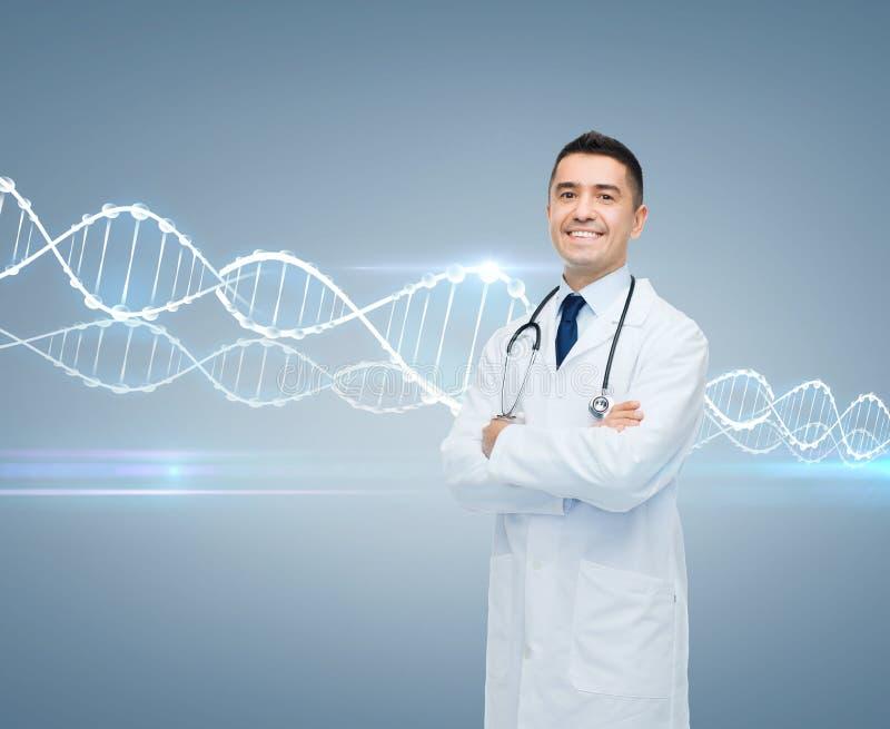 白色外套和脱氧核糖核酸分子的微笑的男性医生 免版税库存图片