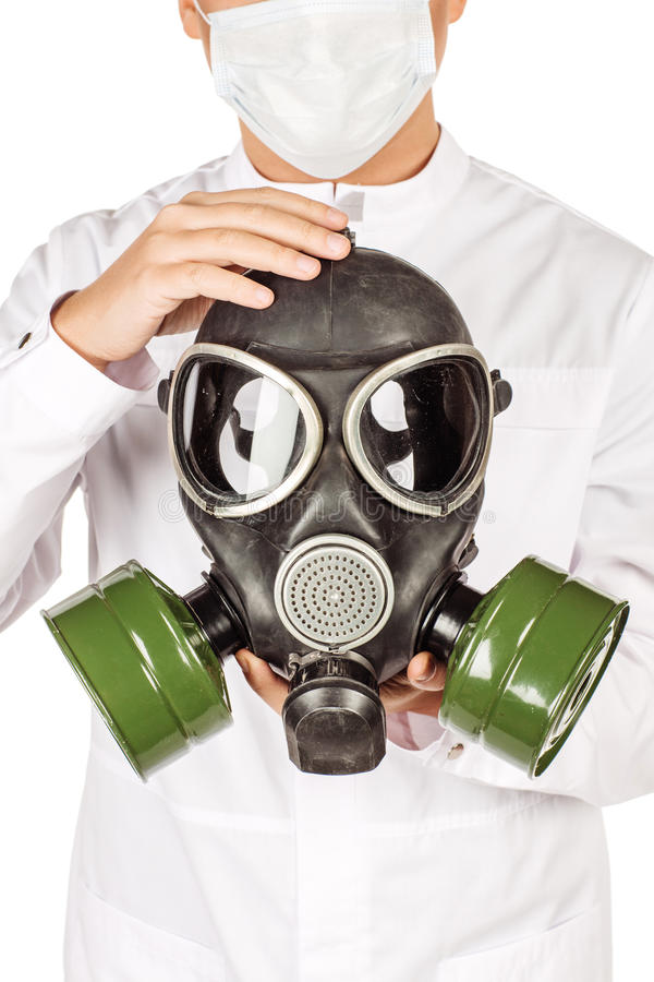 白色外套的医生有拿着防毒面具的听诊器的 我 免版税库存照片