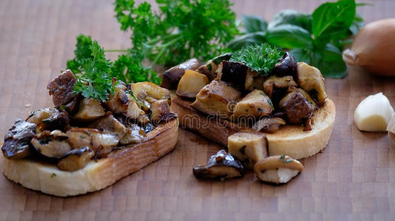 白色多士面包用大蒜、葱、蘑菇和草本 免版税库存照片