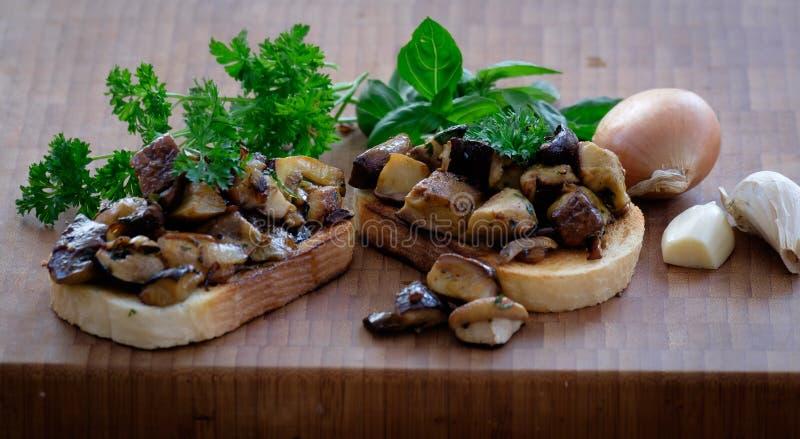 白色多士面包用大蒜、葱、蘑菇和草本 库存照片